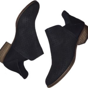 Vince Camuto black 10 ankle booties